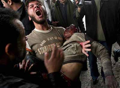 20110523172855-hombre-lleva-brazos-cuerpo-joven-palestino.jpg